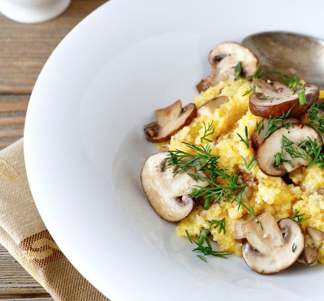 come cucinare risotto con funghi freschi porcini and greens in the white plate