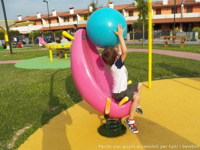 parchi-inclusivi-con-giochi-per-bambini-disabili