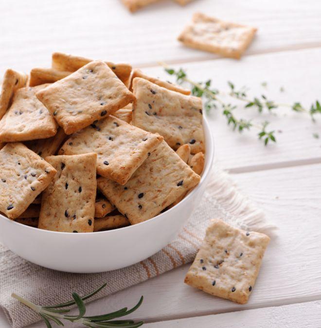 cracker fatti in casa con semi vari tra cui zucca, lino, sesamo, girasole, papavero