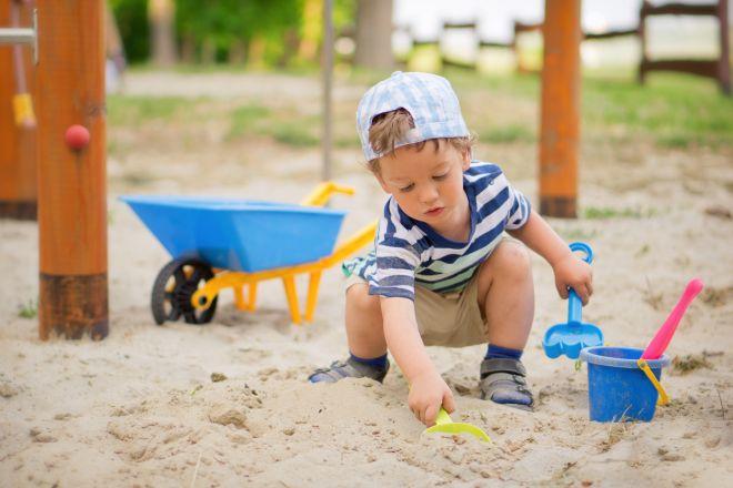 montessori-giocare-con-acqua-sabbia
