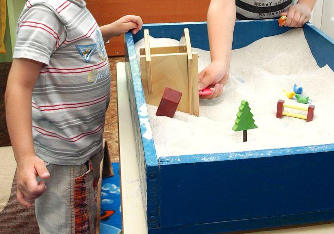 montessori-giocare-con-acqua-sabbia-scatola-azzurra