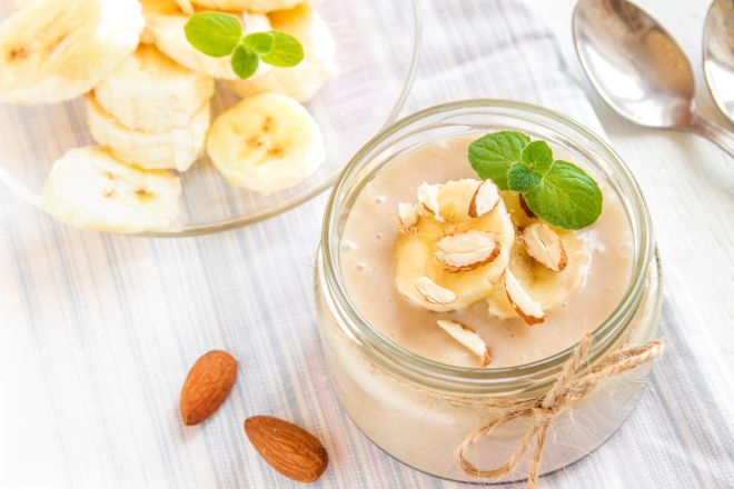 Crema di banane allo yogurt con mandorle