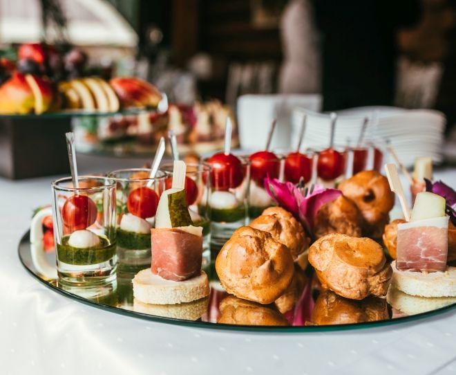 apericena-aperitivo-elegante-vini-bevande-menu-buffet