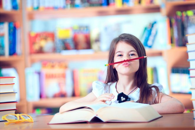 aiutare-bambini-fare-compiti-scuola