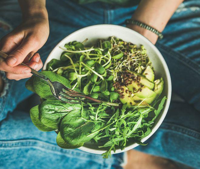 ricette-pranzo-pasqua_insalata-germogli-spinaci-avocado