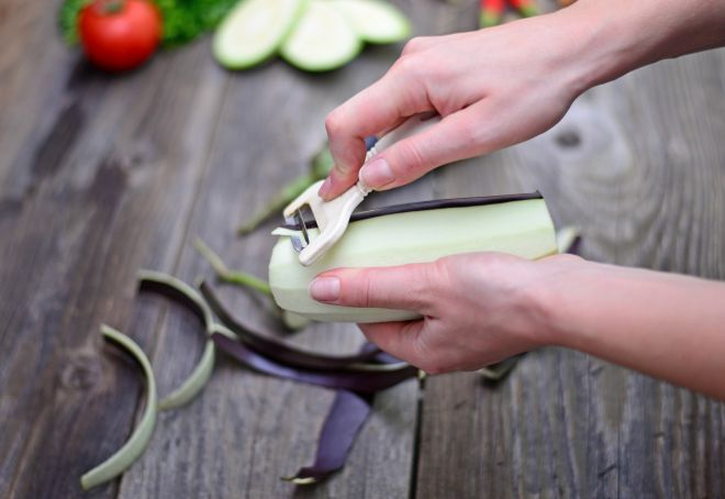 come-pulire-sbucciare-pelare-melanzane