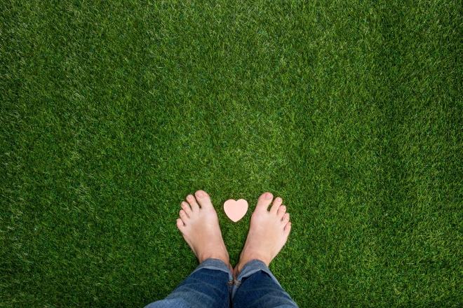 grounding-contatto-con-la-natura-piedi-nudi-erba