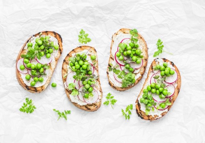 ricette-per-pasqua_bruschette-piselli-robiola-ravanelli