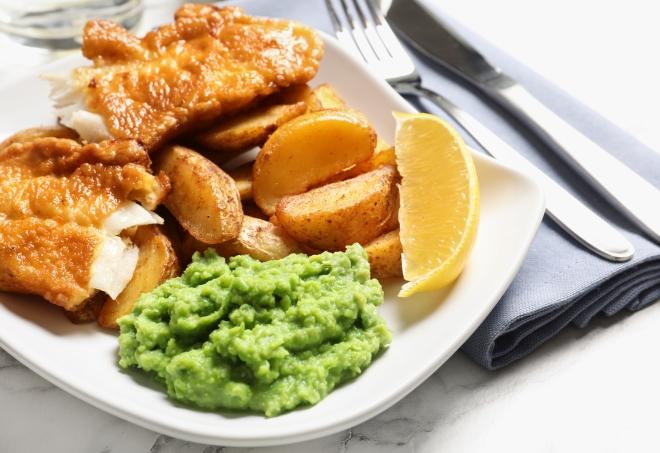 ricette-per-pasqua_merluzzo-impanato-patate-fish-chips-purea-piselli
