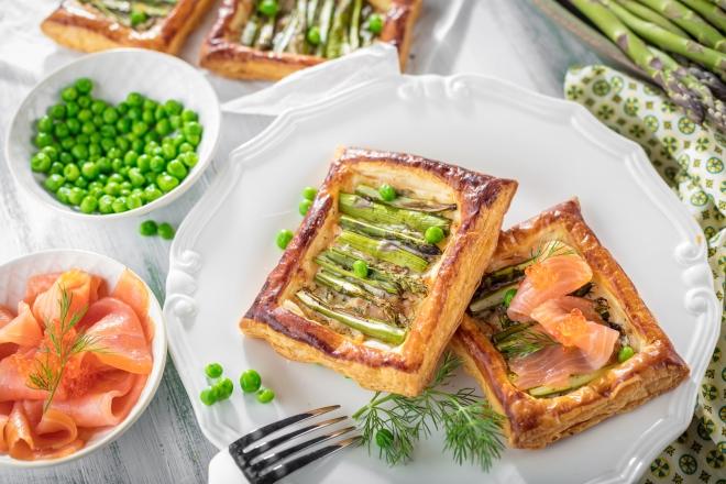 ricette-per-pasqua_sfogliatine-asparagi-piselli-ricotta-salmone