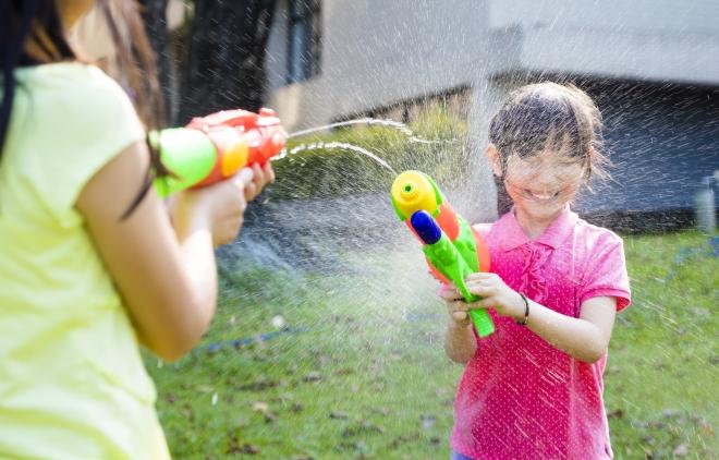 giochi-con-pistole-acqua-bambini-estate