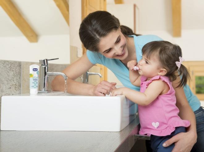 igiene-neonato-lavare-denti-spazzolino-dentifricio