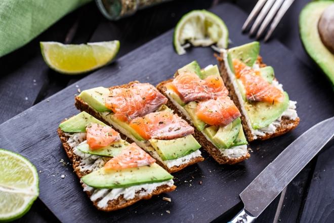 che-spesa-fare-per-non-cucinare-ricette_avocado-toast-salmone