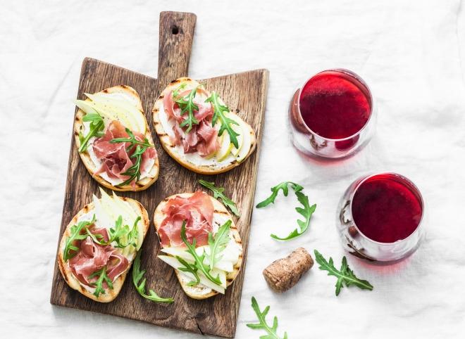 ricette-pranzo-ferragosto-menu-estate_bruschette-caprino-mela-prosciutto-crudo