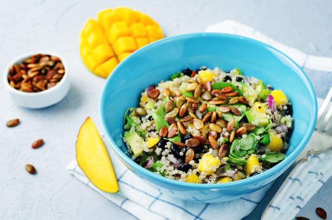 ricette-pranzo-ferragosto-menu-estate_quinoa-fagioli-mango-semi-zucca