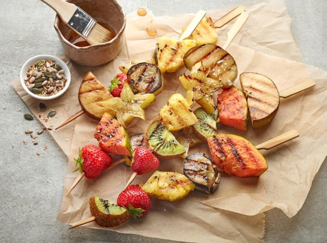ricette-pranzo-ferragosto-menu-estate_spiedini-frutta-grigliata-miele