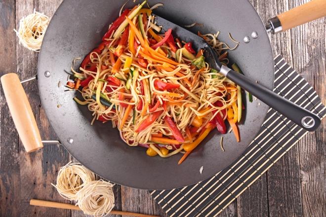 ricette vegetariane di primi piatti: noodle con verdure
