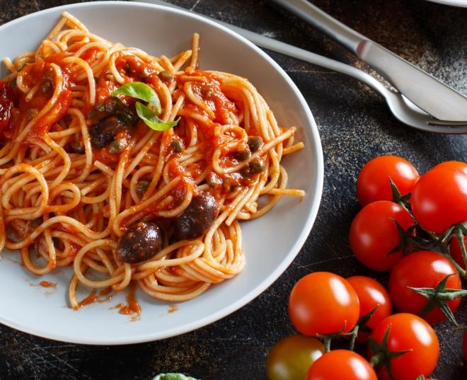 ricette vegetariane di primi piatti: spaghetti puttanesca pomodoro olive