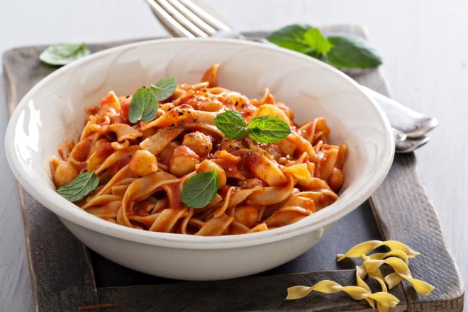 ricette vegetariane di primi piatti: pasta e ceci al pomodoro