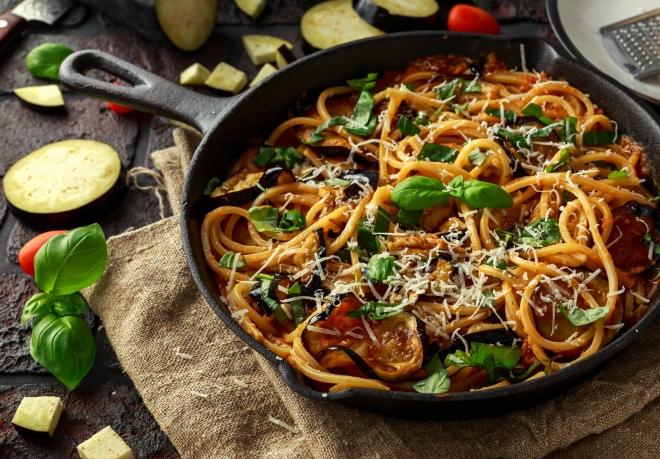 ricette vegetariane di primi piatti: spaghetti alla norma con melanzane